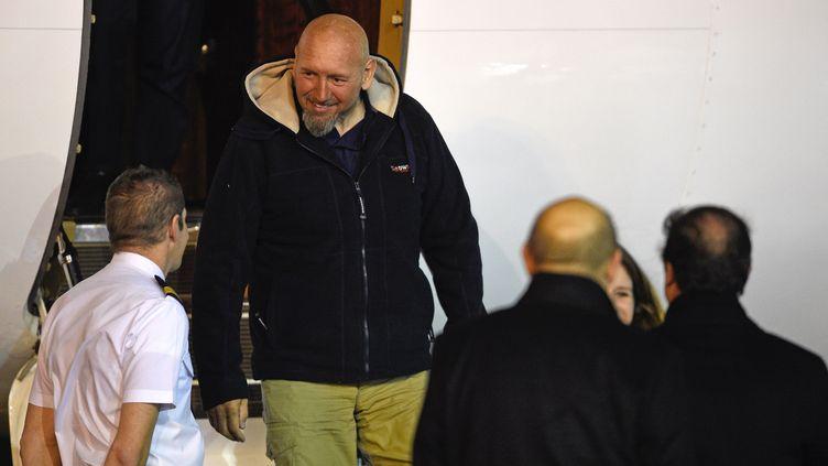 L'ex-otage Serge Lazarevic descend de l'avion qui le ramène en France, le 10 décembre 2014, à l'aéroport de Villacoublay (Yvelines). (MARTIN BUREAU / AFP)
