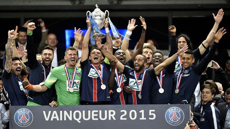 Les joueurs du PSG soulèvent la Coupe de France (FRANCK FIFE / AFP)