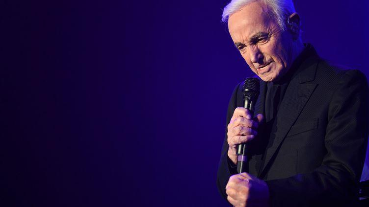 Charles Aznavour sur la scène de Bercy à Paris, le 13 décembre 2017. (ERIC FEFERBERG / AFP)