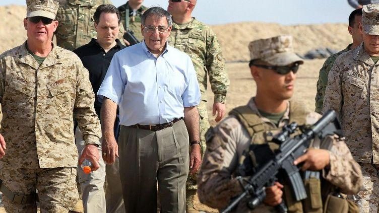 Leon Panetta, le secrétaire à la Défense américain, visite une base militaire en Afghanistan, le 14 mars 2012. (SCOTT OLSON / POOL)