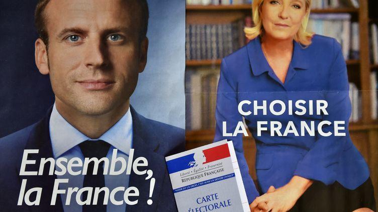 Les deux affiches pour le second tour de la présidentielle, qui aura lieu le 7 mai 2017, avec Emmanuel Macron et Marine Le Pen. (LOIC VENANCE / AFP)