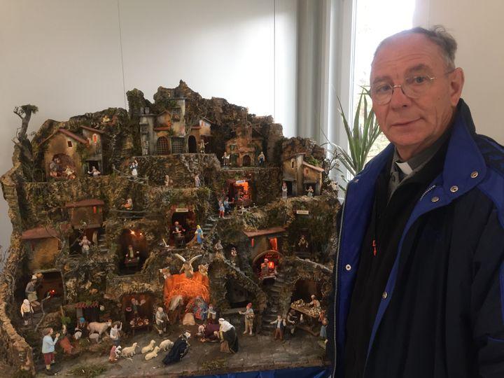 Le curé d'Amatrice (Italie) en décembre 2016 dans l'église provisoire de la ville, quatre mois après le séisme (RADIO FRANCE / MATHILDE IMBERTY)