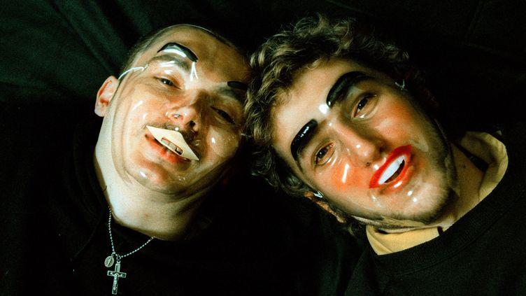 Guy-Manuel de Homem Christo et Thomas Bangalter, en 1997 à Amsterdam (Pays-Bas). A l'époque, l'idée d'anonymat les travaillait déjà, d'où ces masques, avant qu'ils ne disparaissent définitivement sous des casques de robots. (PAUL BERGEN / REDFERNS / GETTY)