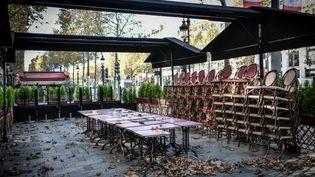 Une terrasse d'un restaurant fermé sur les Champs-Elysées à Paris. (STEPHANE DE SAKUTIN / AFP)