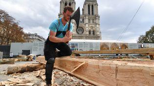 Un charpentier travaille sur le parvis de Notre-Dame, le 19 septembre 2020. (ALAIN JOCARD / AFP)
