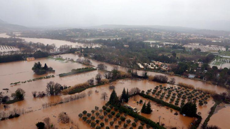 La plaine de l'Argens inondée au niveau du village de Roquebrune-sur-Argens et le cours d'eau l'Argens qui se jette dans la mer à Saint-Aygulf le 19 janvier 2014. (  MAXPPP)