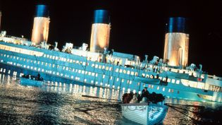 """Une scène du film """"Titanic"""" (1997) de James Cameron racontant le naufrage du célèbre paquebot. (ARCHIVES DU 7EME ART / AFP)"""