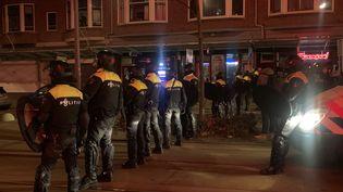 Une forte présence policière a découragé les émeutiers à Rotterdam (Pays-Bas) où la nuit dumardi 26 janvier a été relativement calme après trois jours de violences. (MATHILDE VINCENEUX / RADIOFRANCE)