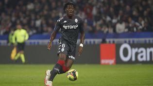 Axel Disasi avec l'AS Monaco face à l'Olympique Lyonnais en Ligue 1 le 16 octobre 2021 au Groupama Stadium (Décines-Charpieu). (ROMAIN BIARD / AFP)