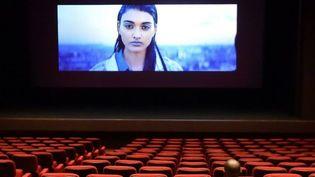 Images en haute défition et sièges confortables au Majestic à Abidjan, le 20 octobre 2017, pour accompagner la renaissance des salles de cinéma sur le continent. (SIA KAMBOU/AFP)