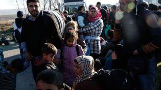 Des migrants à l'extérieur du village de Polykastro non loin du poste-frontière d'Idomeni (Grèce), vers la Macédoine, el 22 février 2016 (KONSTANTINOS TSAKALIDIS / SOOC / AFP)
