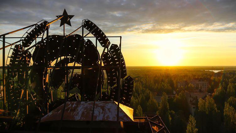 Le soleil se lève sur les ruines de Tchernobyl (Ukraine), le 7 mai 2014. (ROLAND VERANT / SIPA / CATERS NEWS AGENCY)
