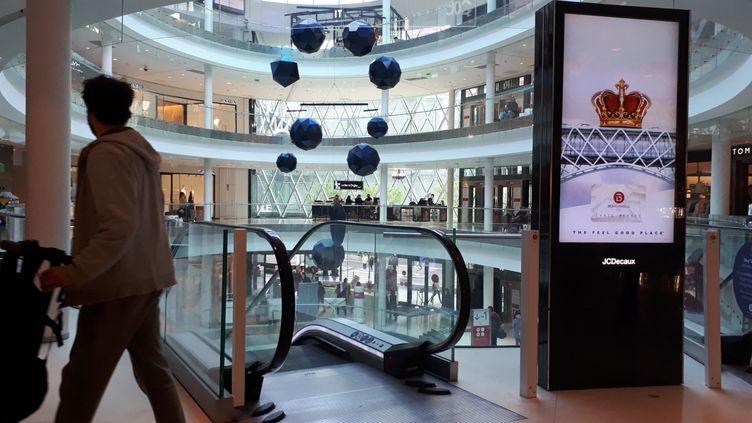L'intérieur d'un centre commercial dans le 15e arrondissement de Paris. (STÉPHANIE BERLU / FRANCE-INFO)