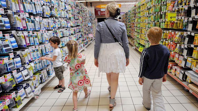 Une mère et ses enfants font des courses dans un supermarché. (Illustration). (DENIS CHARLET / AFP)