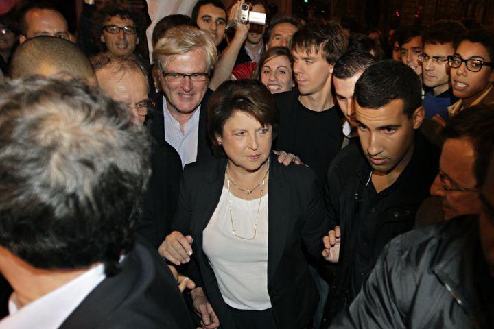 Martine Aubry en campagne pour la primaire socialiste, accompagnée d'Alexandre Benalla (à sa gauche, à droite sur la photo), le 9 octobre 2011 à Paris. (THOMAS SAMSON / AFP)