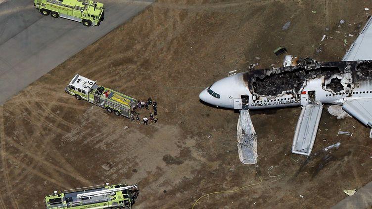 Le Boeing 777 accidenté, près de la piste de l'aéroport international de San Francisco, samedi 6 juillet. (EZRA SHAW / GETTY IMAGES NORTH AMERICA / AFP)