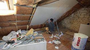 Larenovation thermique sous le toit d'une maison. Photo d'illustration. (FRANCOIS DESTOC / MAXPPP)