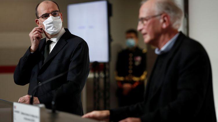 """Le Premier ministre Jean Castex et le """"M. Vaccin"""" du gouvernement, Alain Fischer lors d'une conférence de presse à Paris le 3 décembre 2020 (BENOIT TESSIER / POOL)"""