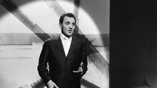 Charles Aznavour chante le soir du réveillon, le 31 décembre 1956. (G?RARD LANDAU / INA)