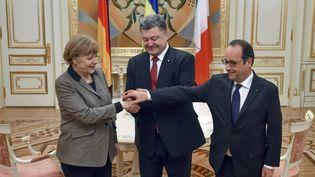 Petro Poroshenko,Angela Merkel etFrançois Hollande les mains dans les mains àKiev(ukraine), le5 février 2015. (MYKOLA LAZARENKO / PRESIDENTIAL PRESS SERVICE / AFP)