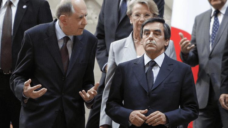 Jean-Marc Sauvé (G), vice-président du Conseil d'Etat, et François Fillon, alors Premier ministre, en septembre 2009 à Paris. (PATRICK KOVARIK /AFP)