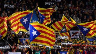 Les supporters du FC Barcelone, avec des affiches et drapeaux indépendantistes, lors d'un match au Camp Nou, le 5 novembre 2019. (JOSEP LAGO / AFP)