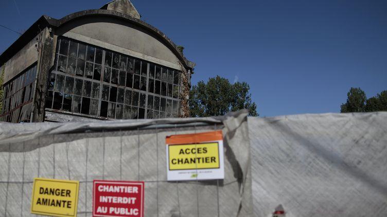 Un chantier de désamiantage, à Caligny, dans l'Orne (photo d'illustration). (CHARLY TRIBALLEAU / AFP)