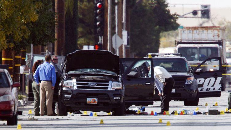 Les investigations se poursuivent dans la voiture des deux tueurs de San Bernardino en Californie (Etats-Unis), jeudi 3 décembre. (PATRICK T. FALLON / AFP)