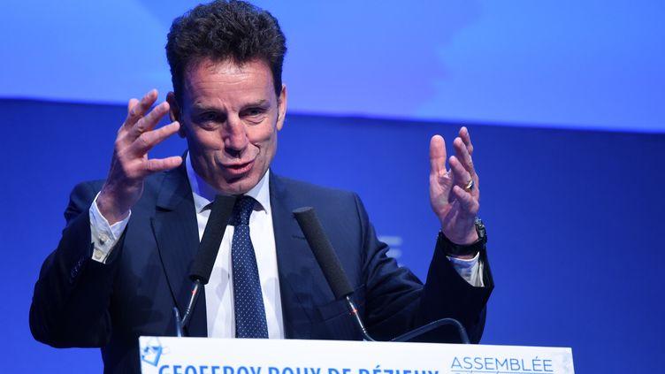 Le président nouvellement élu du Medef, Geoffroy Roux de Bezieux, prend la parole lors d'une assemblée générale du Medef le 3 juillet 2018 à Paris.   (ERIC PIERMONT / AFP)