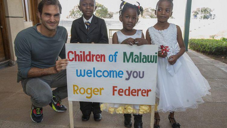 Le Suisse Roger Federer au Malawi (AMOS GUMULIRA / AFP)