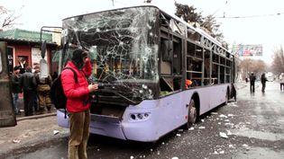Un bus bombardé à un arrêt, dans le district de Leninski, Donetsk (Ukraine), le 22 janvier 2015. ( RIA NOVOSTI / AFP)