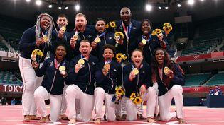 Les judokas français célèbrent leur titre de champions par équipes mixtes aux Jeux olympiques de Tokyo (Japon), le 31 juillet 2021. (MILLEREAU PHILIPPE / KMSP / AFP)