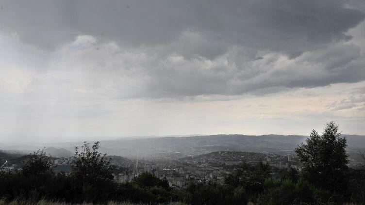 Les orages qui arrivent sur la ville de Saint-Etienne, dans la Loire, samedi 15 juin. (MAXPPP)