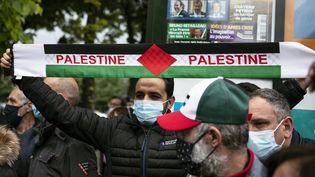 Un rassemblement place des Invalides, à Paris, en soutien aux Palestiniens, le 12 mai 2021. (NOEMIE COISSAC / HANS LUCAS / AFP)