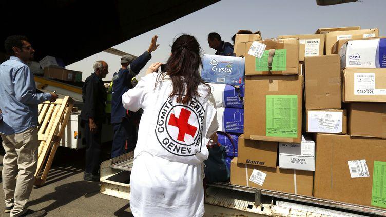 Une employée de la Croix-Rouge à l'aéroport de Sana'a, au Yémen, le 10 avril 2015. Une humanitaire franco-tunisienne de l'ONG, Nourane Houas, a été enlevée dans le pays le 1er décembre 2015. (MOHAMMED HAMOUD / AFP)