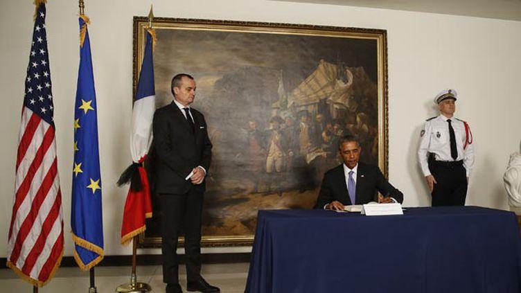 (Le président américain a signé jeudi le recueil de condoléances ouvert à l'ambassade de France à Washington © REUTERS/Jim Bourg)