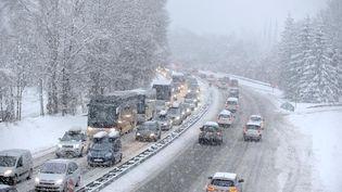 Pas la peine d'attendre les premiers flocons de neige pour passer en pneus d'hiver. (1001PNEUS.fr)