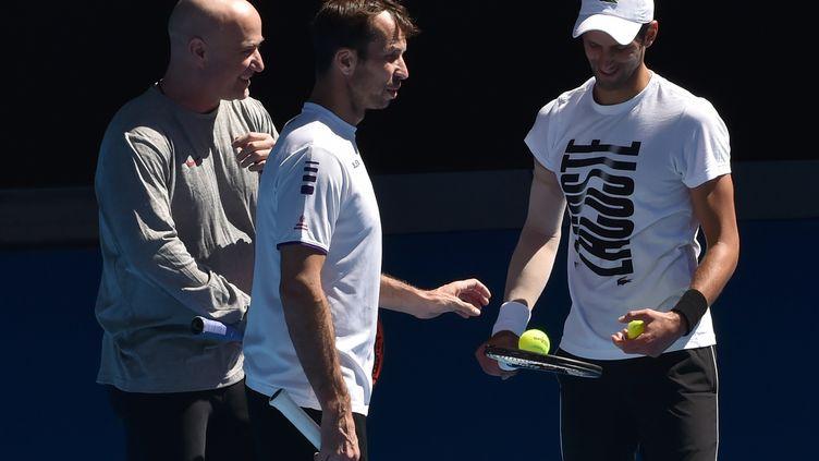 Novak Djokovic entraîné par André Agassi et Radek Stepanek, une image du passé (PAUL CROCK / AFP)