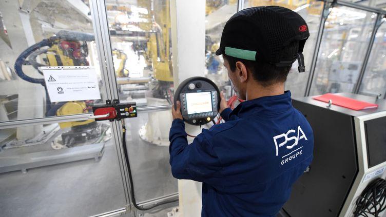 Un employé d'une usine PSAà Kenitra au Maroc, le 21 juin 2019. (FADEL SENNA / AFP)