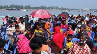 Des réfugiés rohingyas en partance vers l'île deBhashan Char (Bangladesh), le 4 décembre 2020. (STRINGER / ANADOLU AGENCY / AFP)
