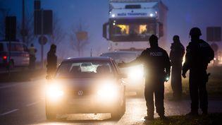 Des policiers vérifient les véhicules sortant de Strasbourg, après la fusillade du 11 décembre 2018. (CHRISTOPH SCHMIDT / DPA / AFP)