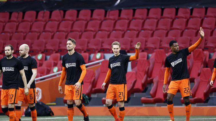 """Les joueurs des Pays-Bas entrent sur le terrain avec un t-shirt marqué """"Le football soutient le CHANGEMENT"""", le 27 mars 2021 (MAURICE VAN STEEN / ANP)"""