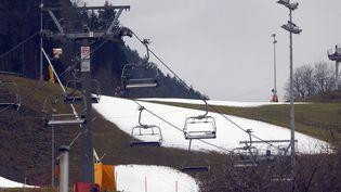 A Oberaudorf, en Allemagne, les canons à neige n'ont pas suffit à rendre les pistes skiables, même le 21 décembre 2015, alors que les températures approchent les 15°C. (MICHAEL DALDER / REUTERS)