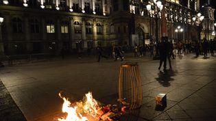 Des flammes devant l'Hôtel de Ville de Paris, le 29 mars 2017, lors d'une manifestation de la communauté chinoise contre la police. (CITIZENSIDE / ALPHACIT NEWCIT / AFP)