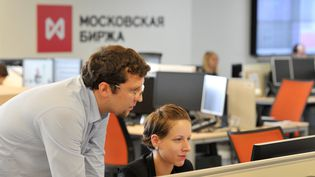 Des employés de l'indice boursier russe Micex-RTS à Moscou (Russie), le 9 juillet 2013. (SERGEY KUZNECOV / RIA NOVOSTI / AFP)
