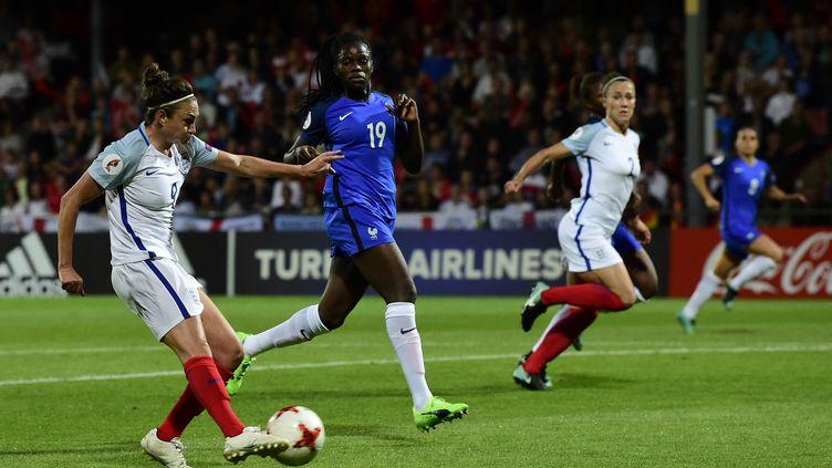 Jodie Taylor, meilleure buteure de l'Euro-2017, a inscrit son 5e but contre la France de Mbock en quarts de finale (TOBIAS SCHWARZ / AFP)