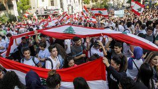 Des étudiants libanais manifestent à Sidon, au Liban, le 6 novembre 2019. (MAHMOUD ZAYYAT / AFP)