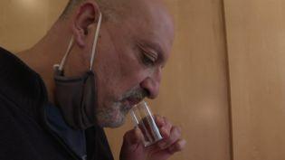 Le ministre de la Santé Olivier Véran veut faire des tests salivaires une arme contre l'épidémie deCovid-19 dans les écoles. La Haute Autorité de santé a validé jeudi 11 février l'utilisation à grande échellede cestests.  (CAPTURE ECRAN FRANCE 2)