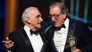 Robert De Niro reçoit des mains de son ami et complice de toujours, Martin Scorsese, l'Eloile d'Or du Festival du film de Marrakech, le 1er décembre 2018.  (FADEL SENNA / AFP)