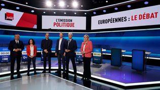 """François Bayrou, Manon Aubry, Raphaël Glucksmann, Yannick Jadot, Laurent Wauquiez et Marine Le Pen, lors du premier débat de """"L'Emission politique"""" de France 2, le 22 mai 2019 à Saint-Cloud (Hauts-de-Seine). (LIONEL BONAVENTURE / AFP)"""